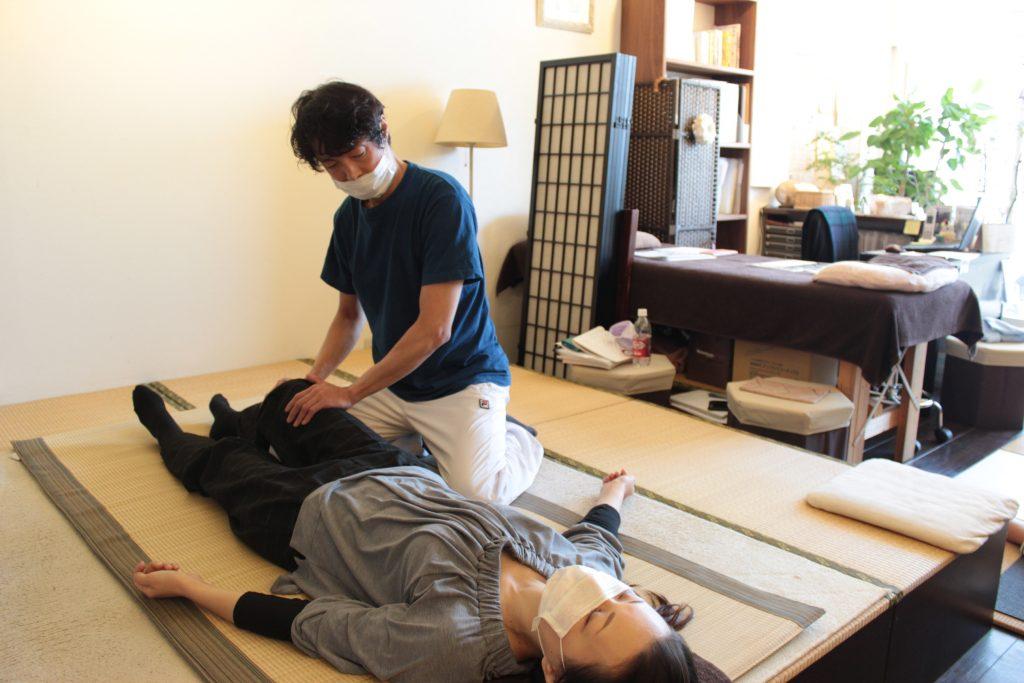 東京都、難波江 俊紀先生の施術の様子です。