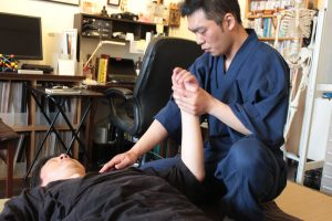 佐野先生の施術を西田が受ける