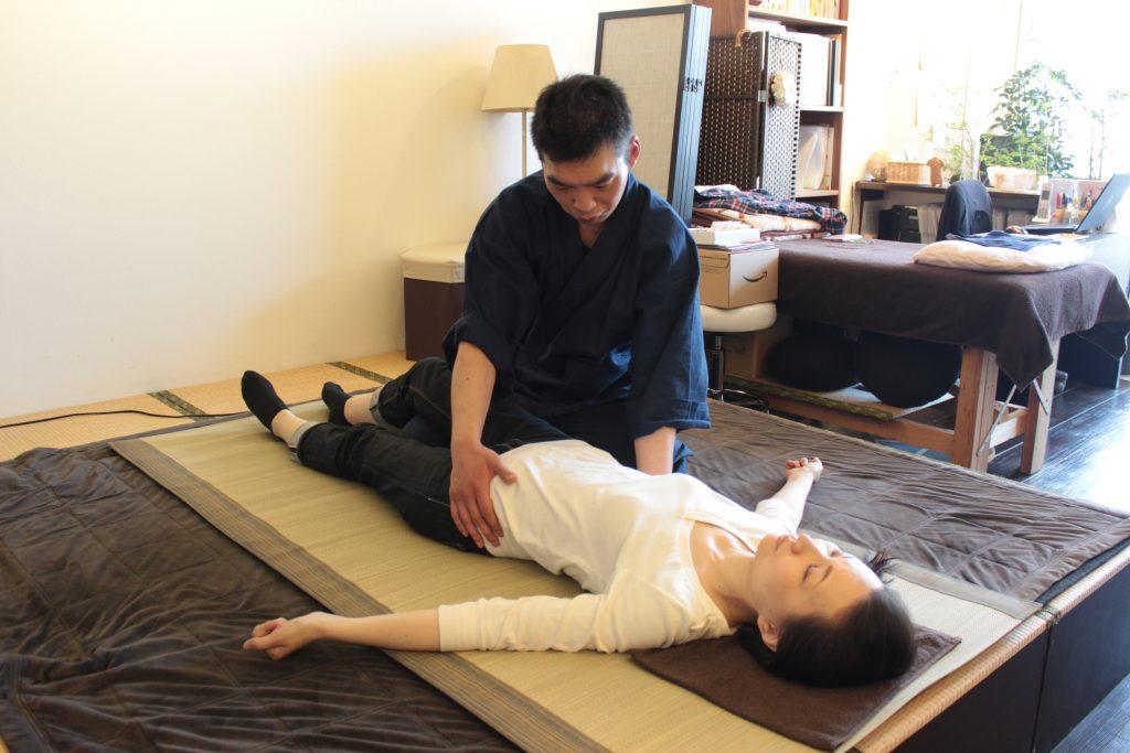佐野先生、腰背部捻転法
