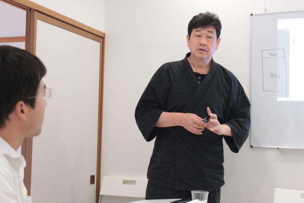 座学講義中の西田