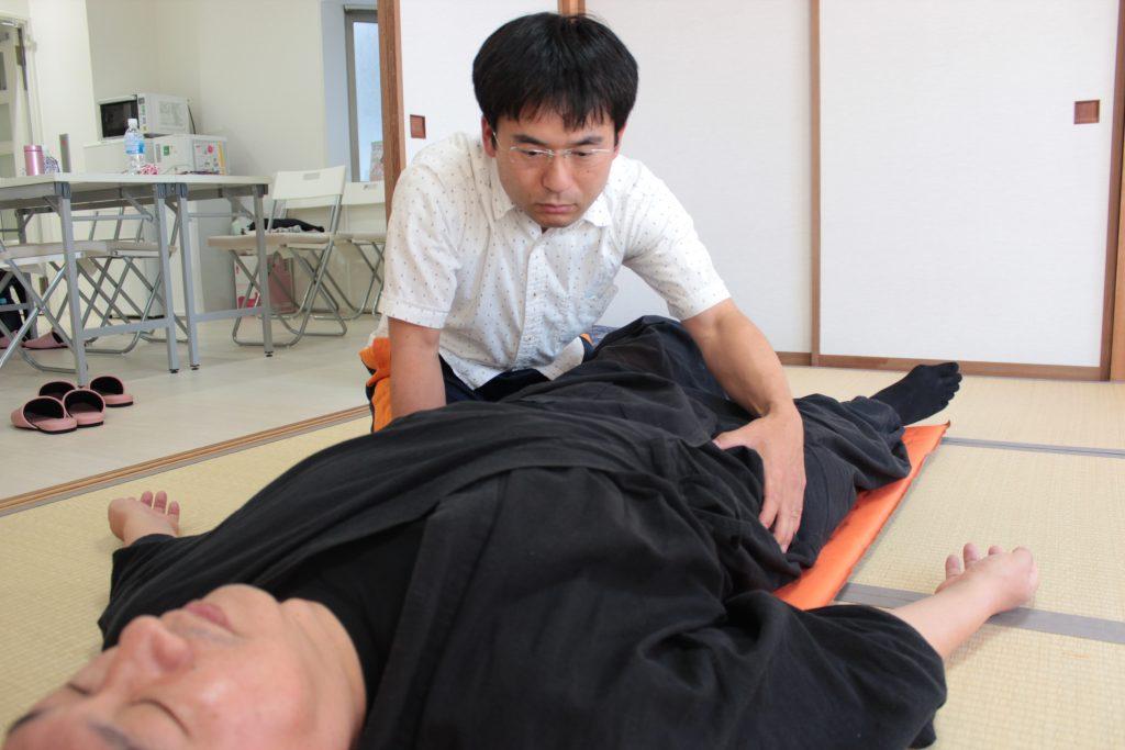 施術を受ける西田