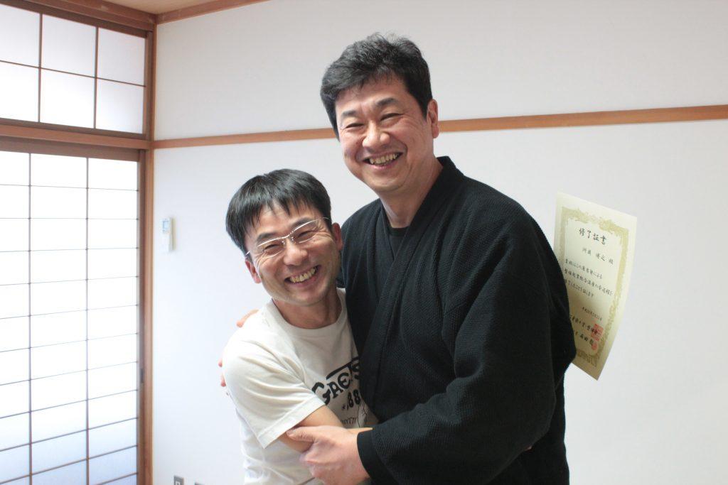 洲貝先生とハグ